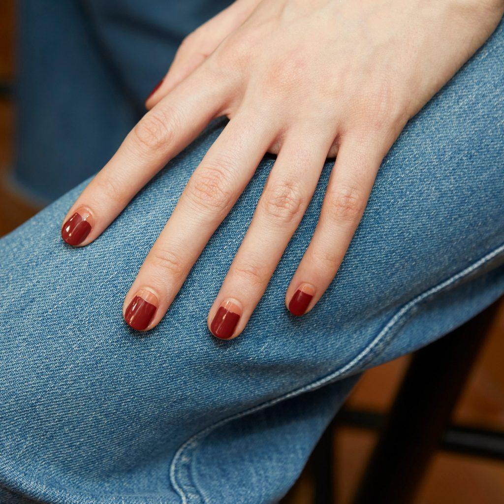 màu nail đỏ thẫm