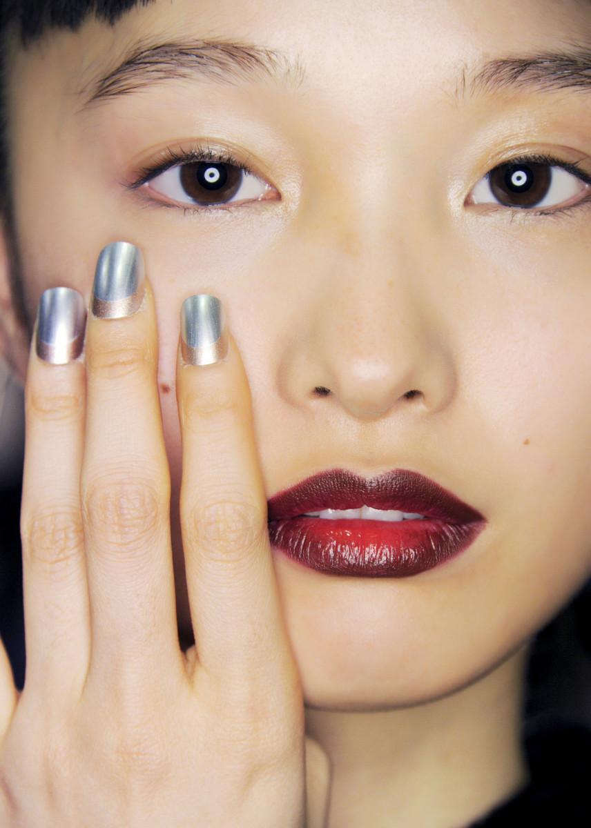 Người mẫu châu Á với màu móng bạc