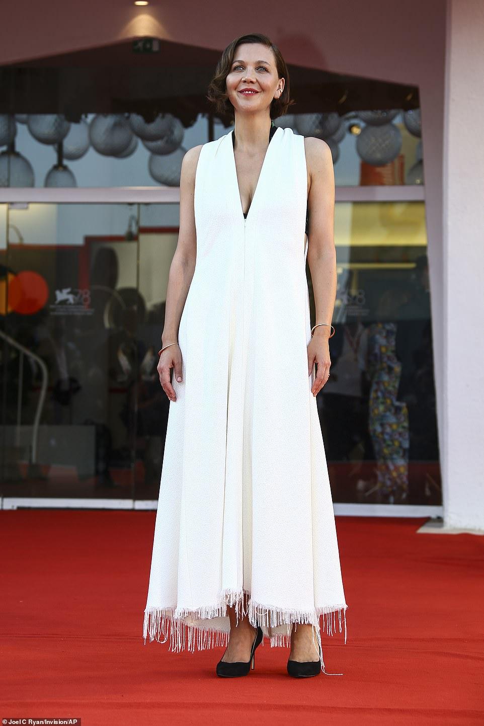 Maggie Gyllenhaal bế mạc Venice