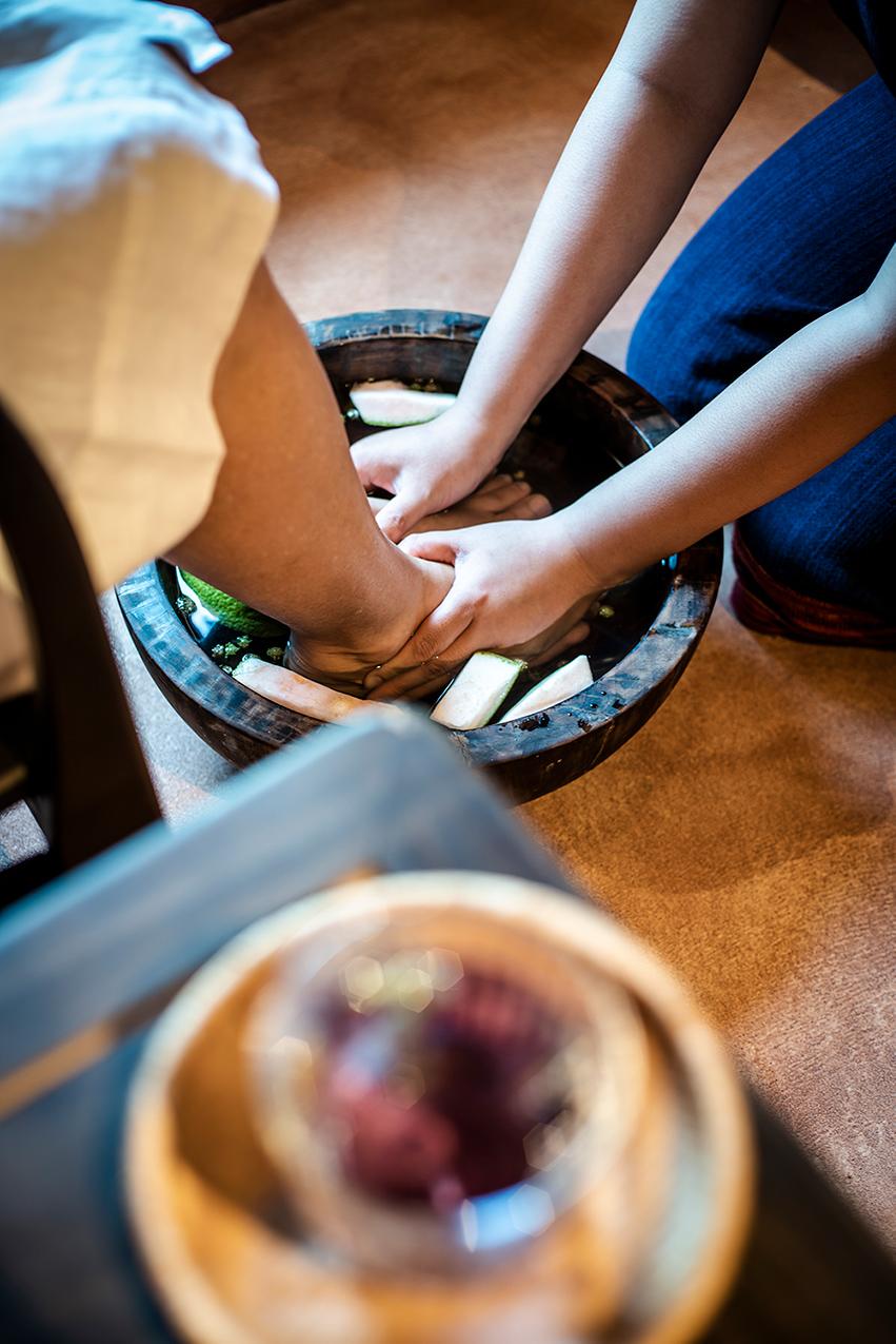 massage bàn chân để cảm nhận yếu tố đất