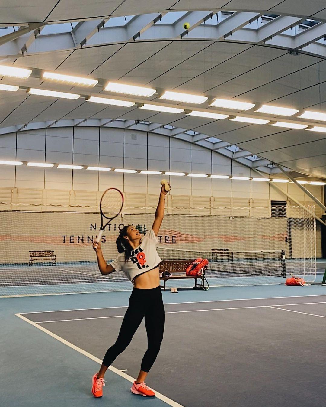 tay vợt 18 tuổi trên sân tập
