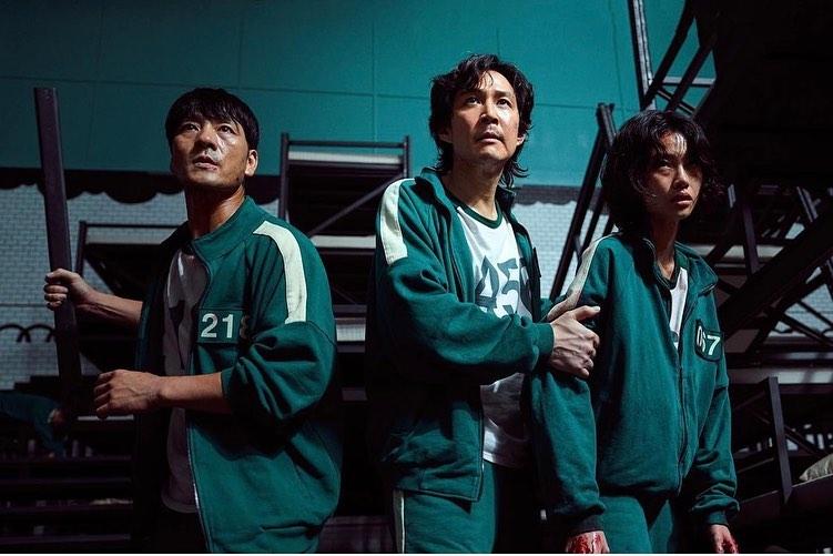 Jung HoYeon (bên phải ngoài cùng) trong phim Squid Game.