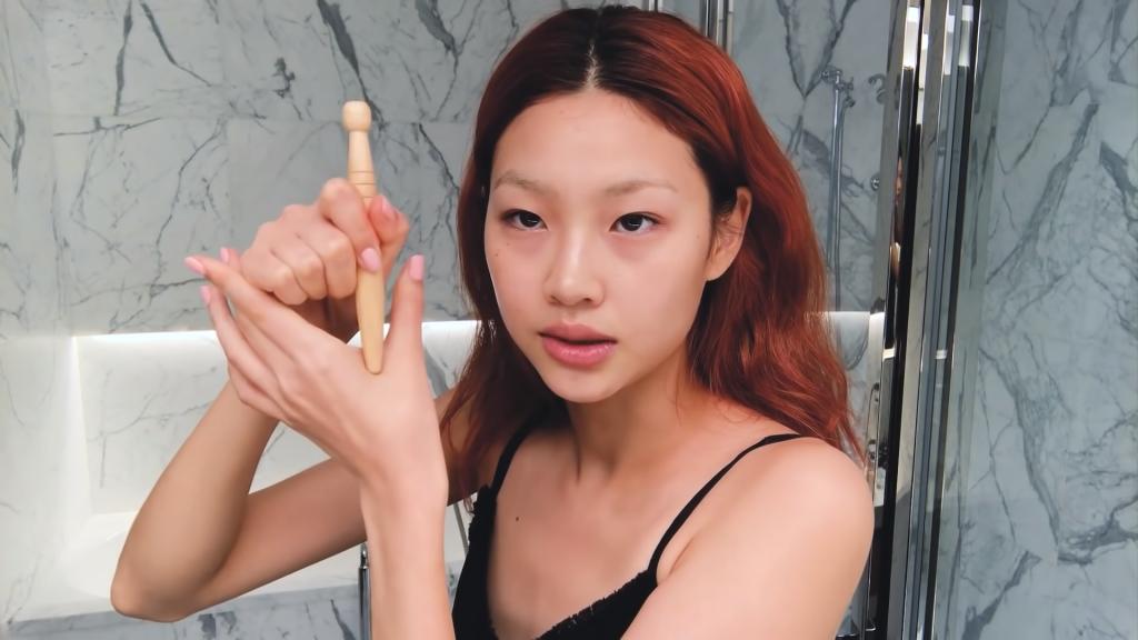 Sao nữ Squid Game Jung HoYeon chăm sóc da.