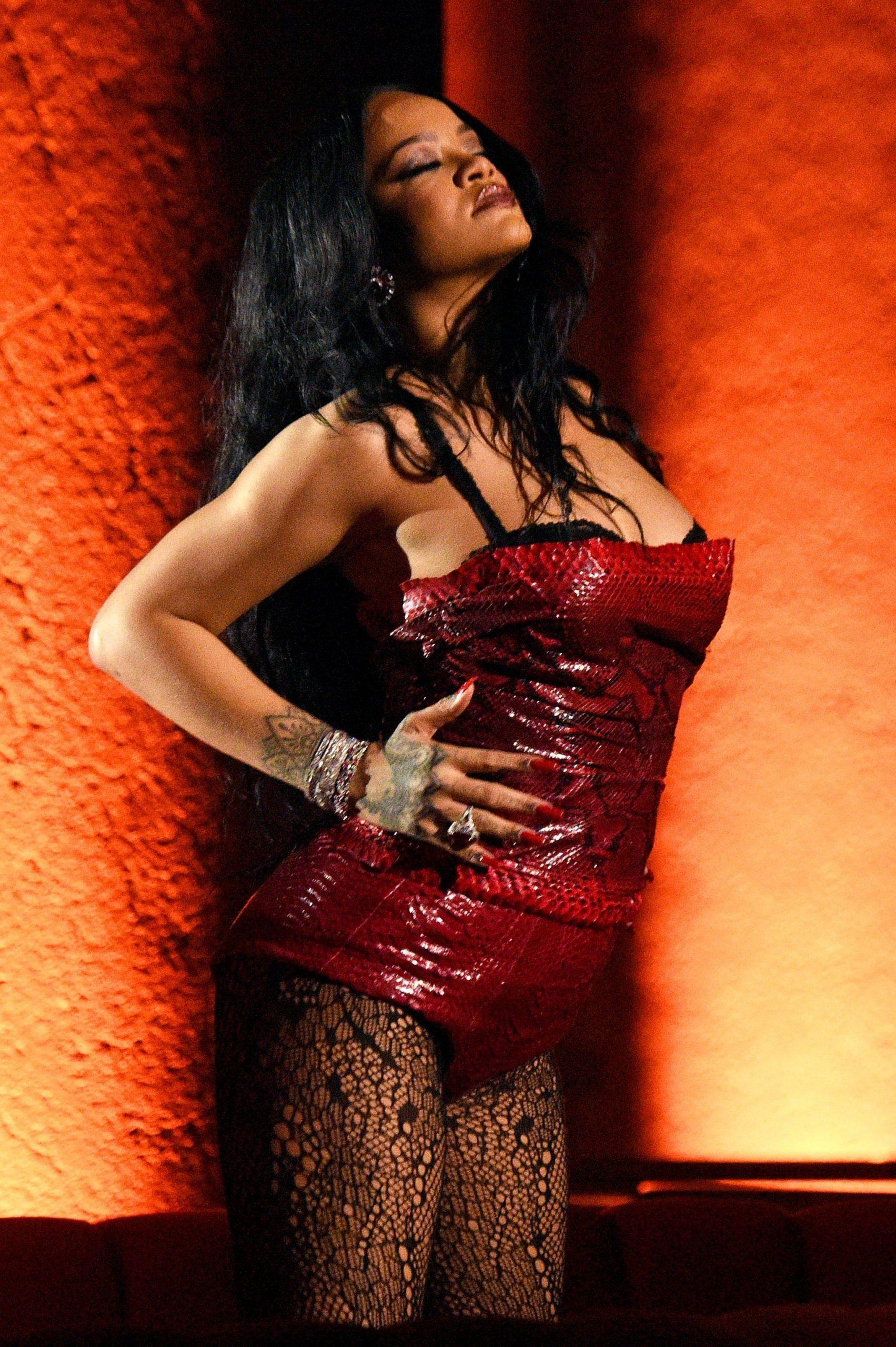 Rihanna set hoạ tiết da rắn