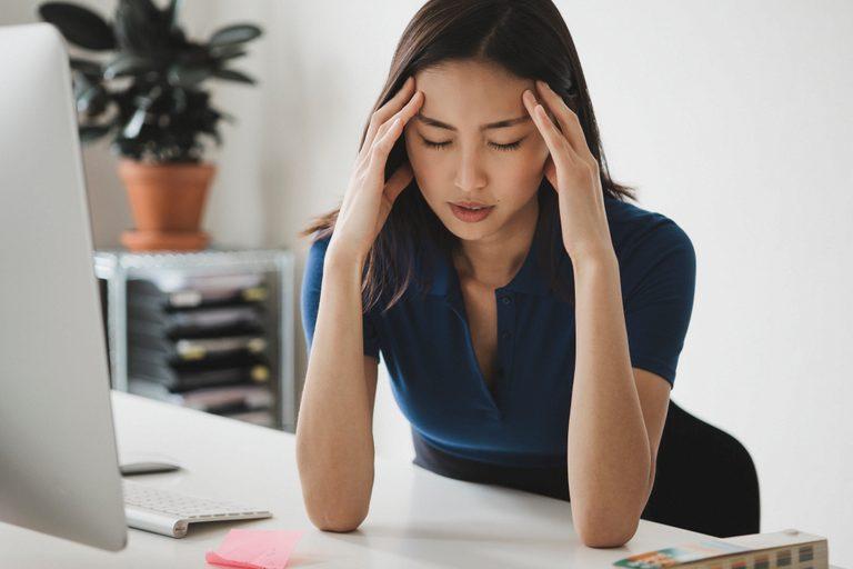 Đau bao tử (đau dạ dày) có thể là nguyên nhân khiến mụn bùng phát