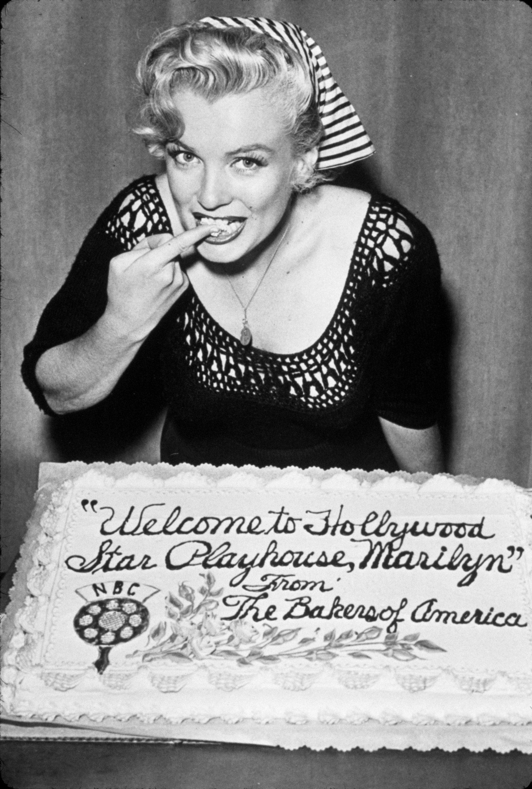 phụ kiện khăn lụa được Marilyn Monroe lăng xê
