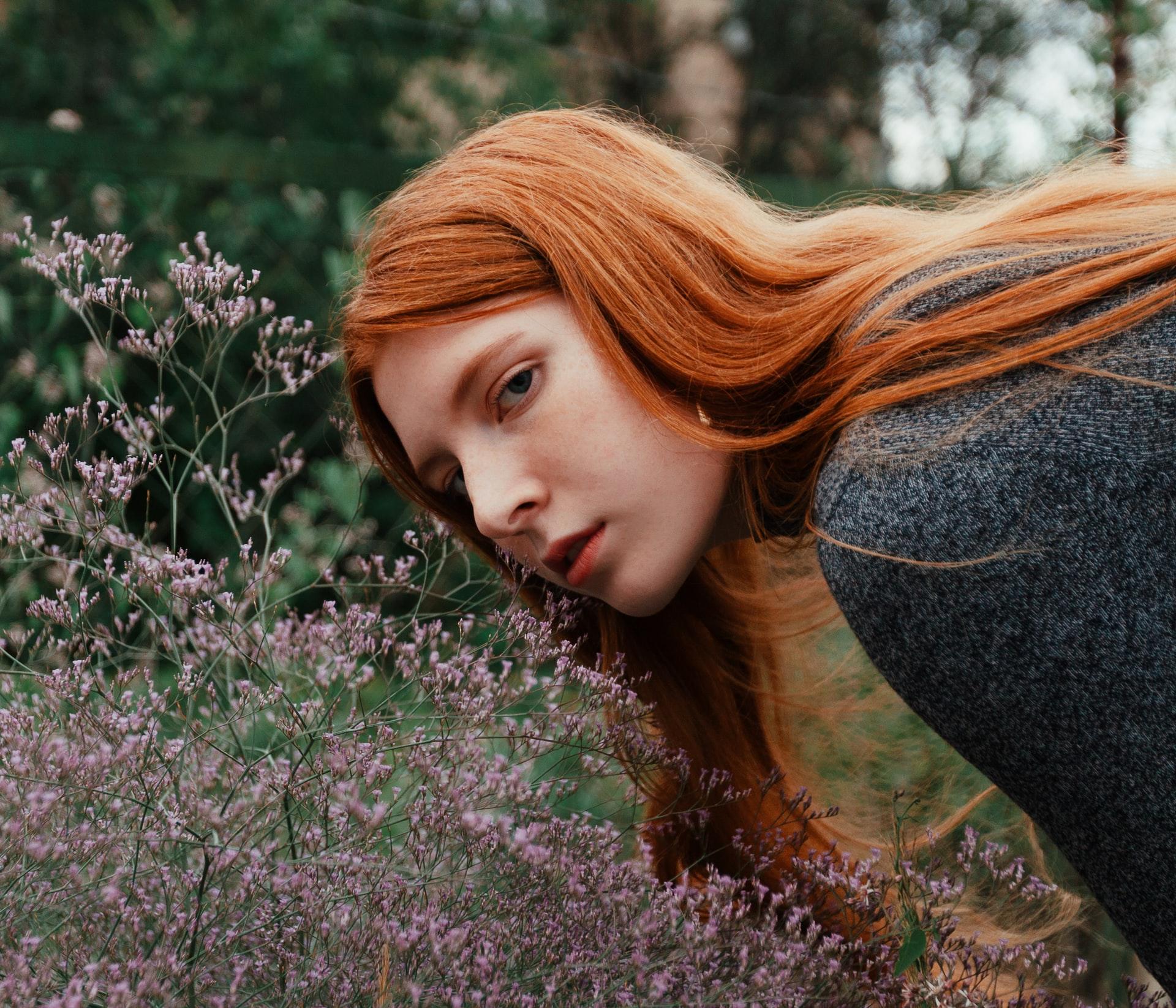 cung hoàng đạo cô gái tóc cam và bụi hoa
