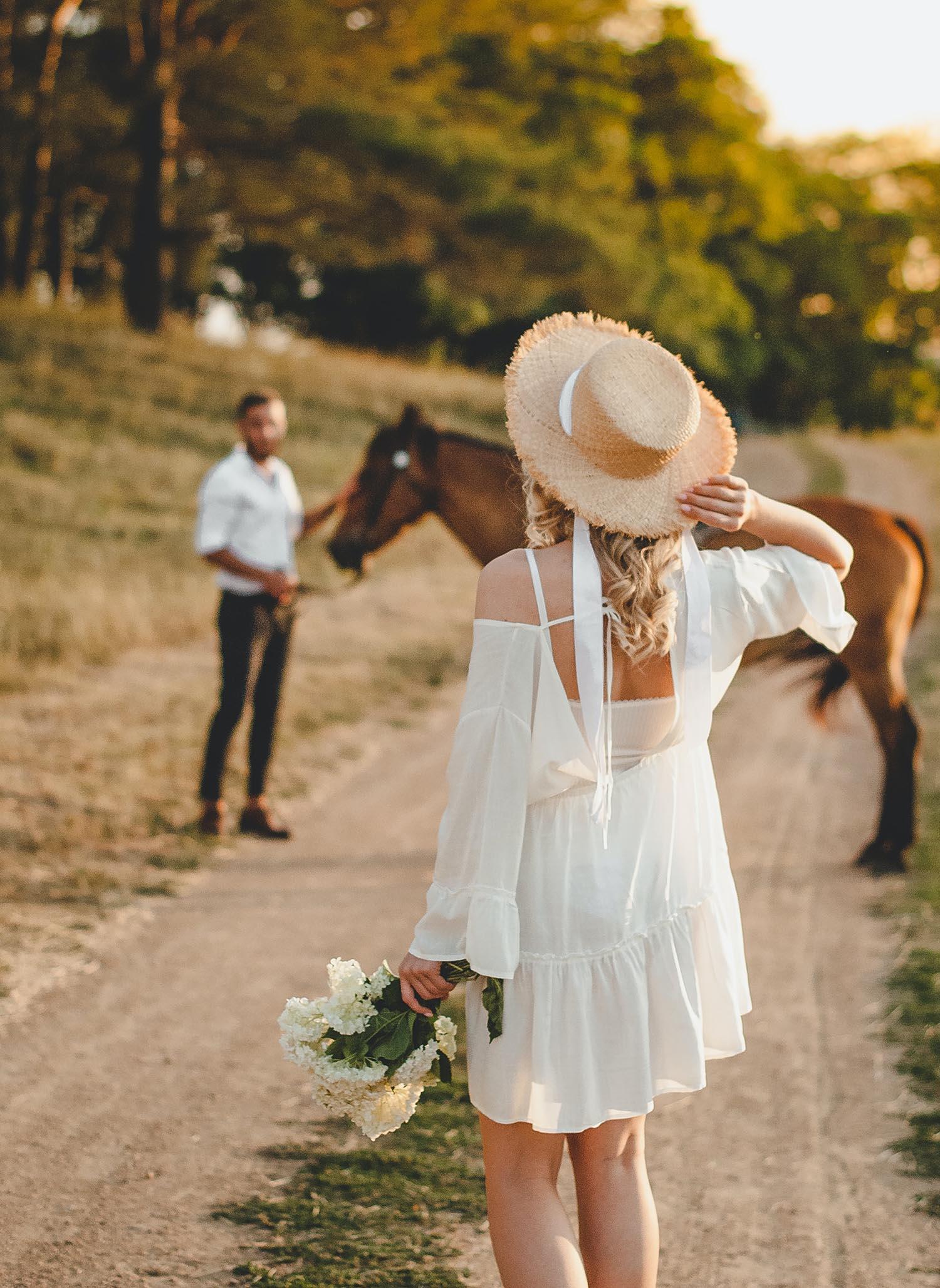 cung hoàng đạo và cô gái váy trắng cầm hoa