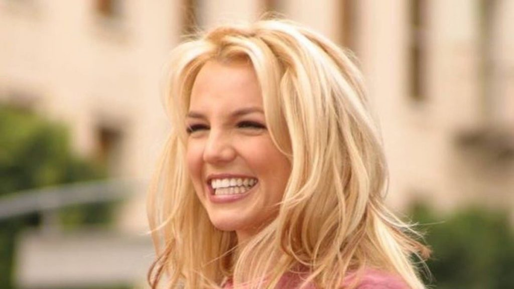 Britney Spears cười.