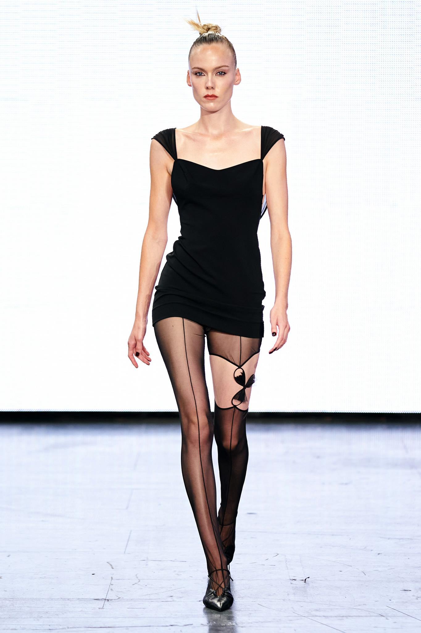Nensi Dojaka thời trang xuân hè 2022 look1