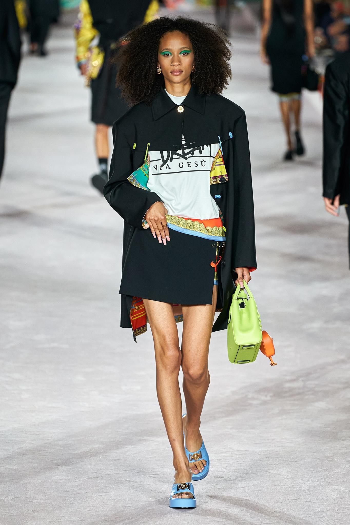 Versace thời trang xuân hè 2022 look2