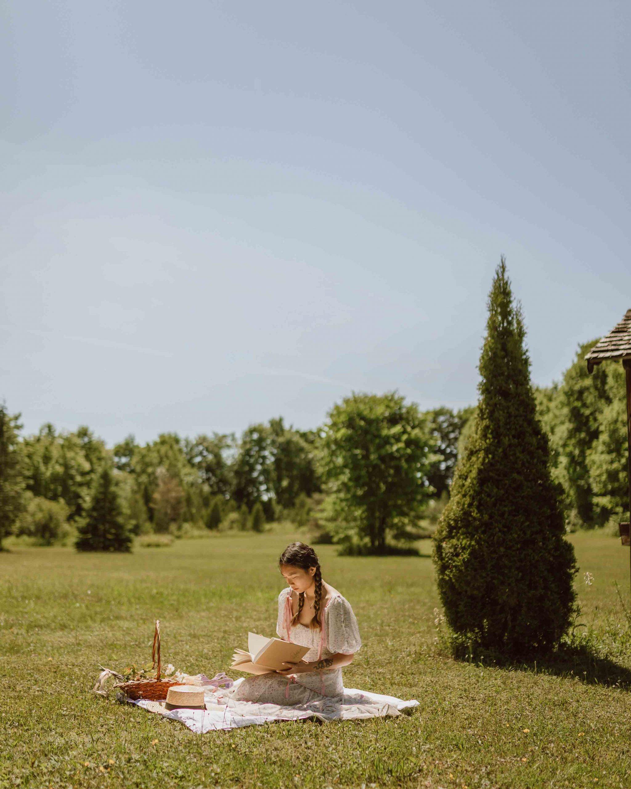 cô gái độc thân picnic giữa cánh đồng jasmin chew unsplash