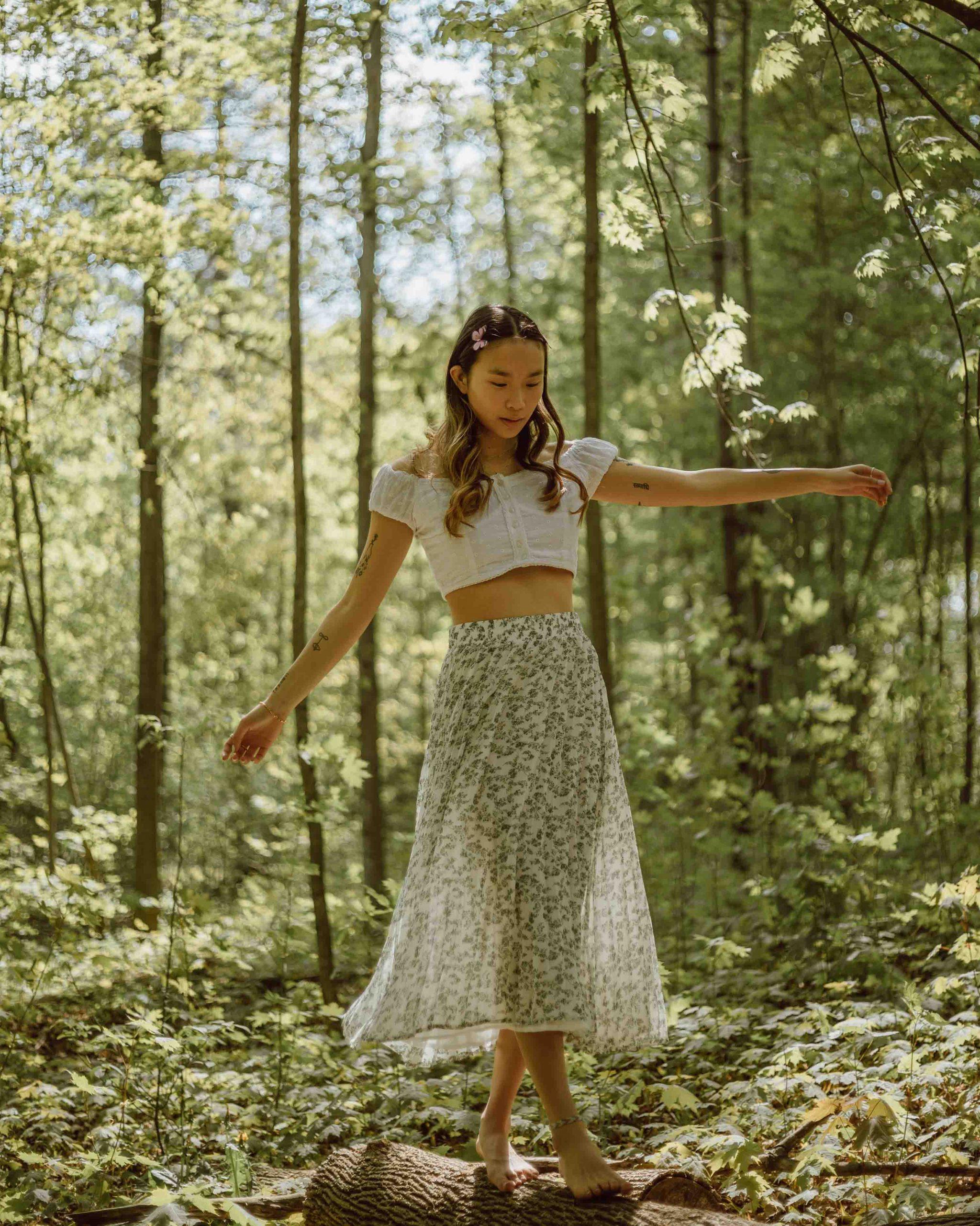 cô gái độc thân chơi trong rừng jasmin chew unsplash